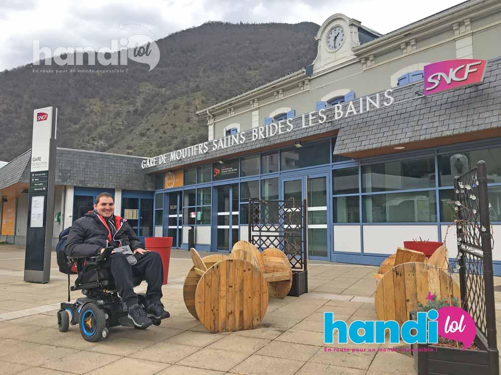 Rudy devant la gare accessible PMR de Moûtiers en Savoie