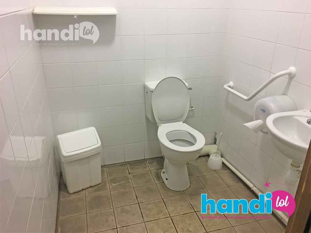 Toilettes accessibles PMR situées à l'entrée du téléphérique de Pralognan